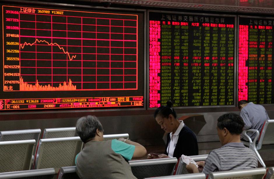 Investoren beobachten in Peking die Aktienkurse.