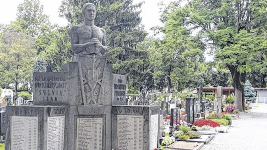 Eine Gedenk-Stele für Nazi-Opfer Berger soll die Lausegger-Inschrift am Suevia-Denkmal am Westfriedhof in den Schatten stellen.