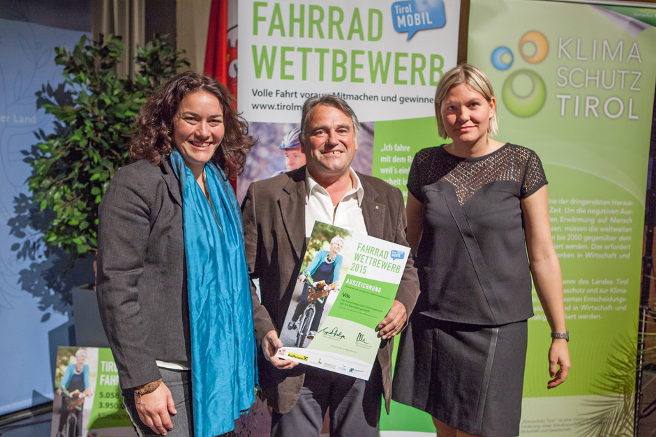 Gemeinderat Gebhard Lorenz (Mitte) aus Vils freut sich über die Auszeichnung ebenso wie die jüngste Teilnehmerin des Fahrradwettbewerbs, die erst zweijährige Vilserin Ramona Weijers (siehe unten).