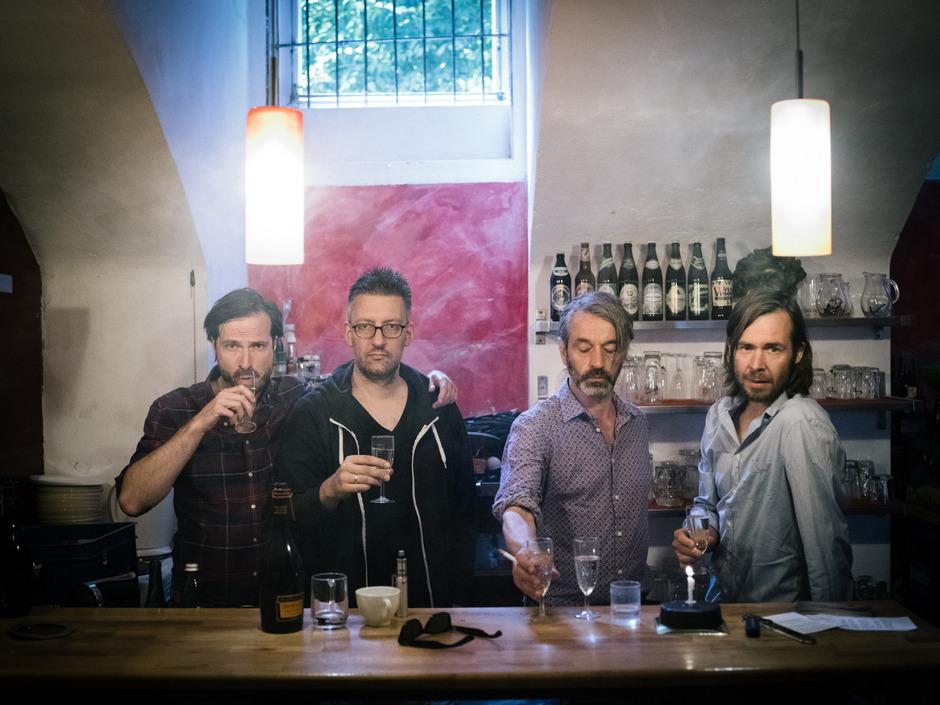 """Sänger und Gitarrist Oliver Welter (3.v.l.) lebt als einziges Mitglied der Kärntner Kultband """"Naked Lunch"""" noch in Klagenfurt."""