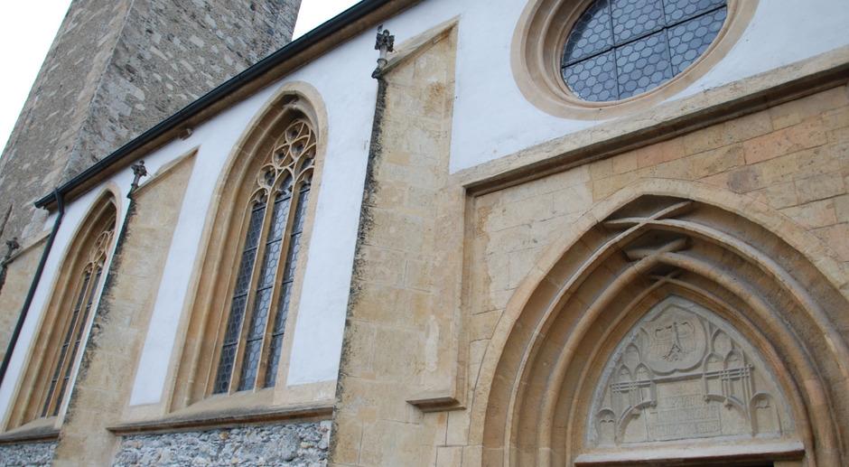Die spätgotische Stadtpfarrkirche Maria Himmelfahrt wird derzeit restauriert.
