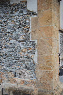 Ursprüngliches Mauerwerk, der Verputz wurde abgeschlagen.