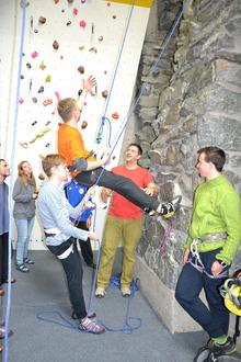 Eine Natursteinkletterwand zu erklimmen, war für viele Teilnehmer Neuland.