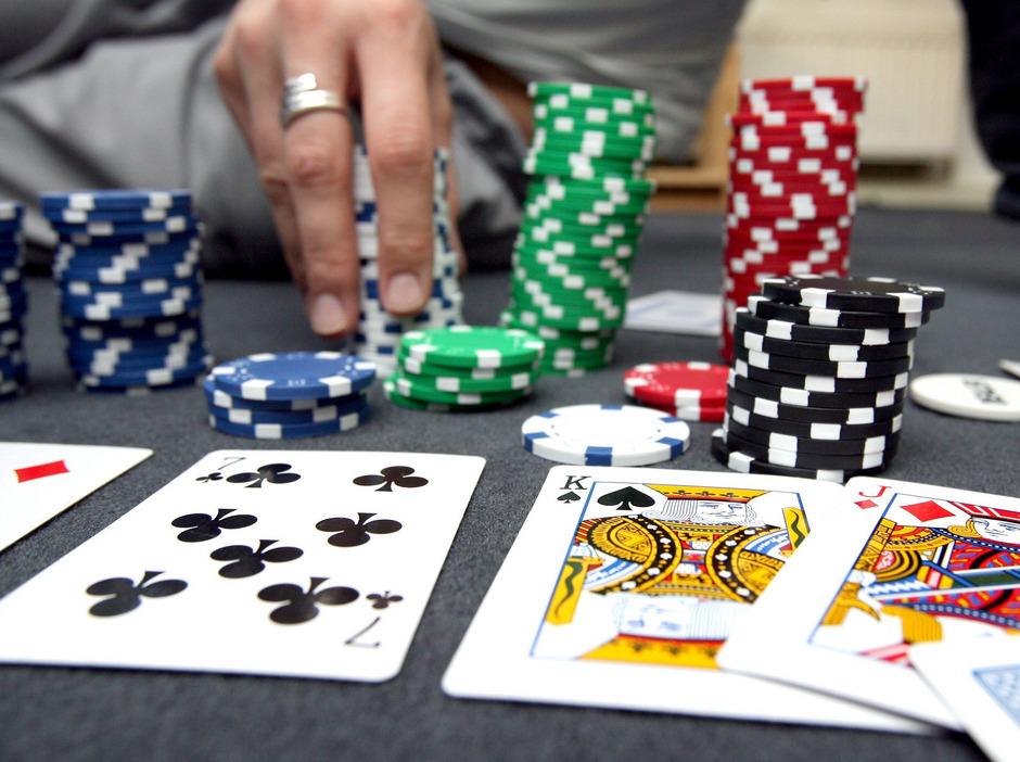 Poker gilt als beliebtes Glücksspiel unter Jugendlichen, ob auf Online-Spielplattformen oder im eigenen Wohnzimmer.