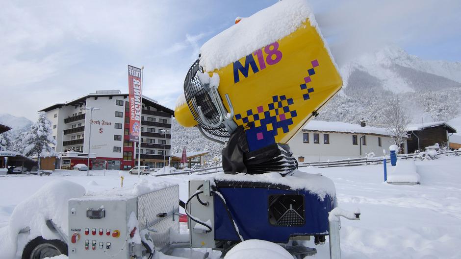Die bisherige punktuelle Beschneiung muss auch heuer noch im Imster Skigebiet herhalten. Noch fehlt die Genehmigung für die vier Millionen Euro teure moderne Anlage, die schneller und effizienter wird.