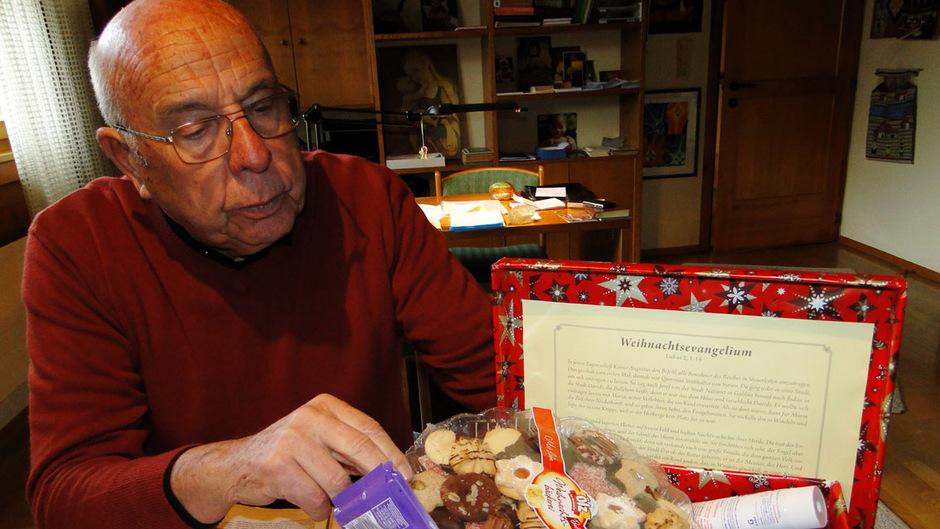 Seit rund 10 Jahren sammelt Pfarrer Rudolf Theurl im Bezirk Schwaz Weihnachtspakete für die Menschen im Innsbrucker Gefängnis.