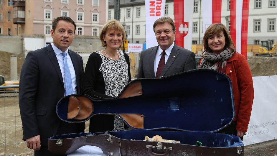 IIG-Geschäftsführer Franz Danler, Bürgermeisterin Christine Oppitz-Plörer, Landeshauptmann Günther Platter und Landesrätin Beate Palfrader (v.l.) füllten mit den Künstlern vor Ort einen Cello-Koffer für die Grundsteinlegung.