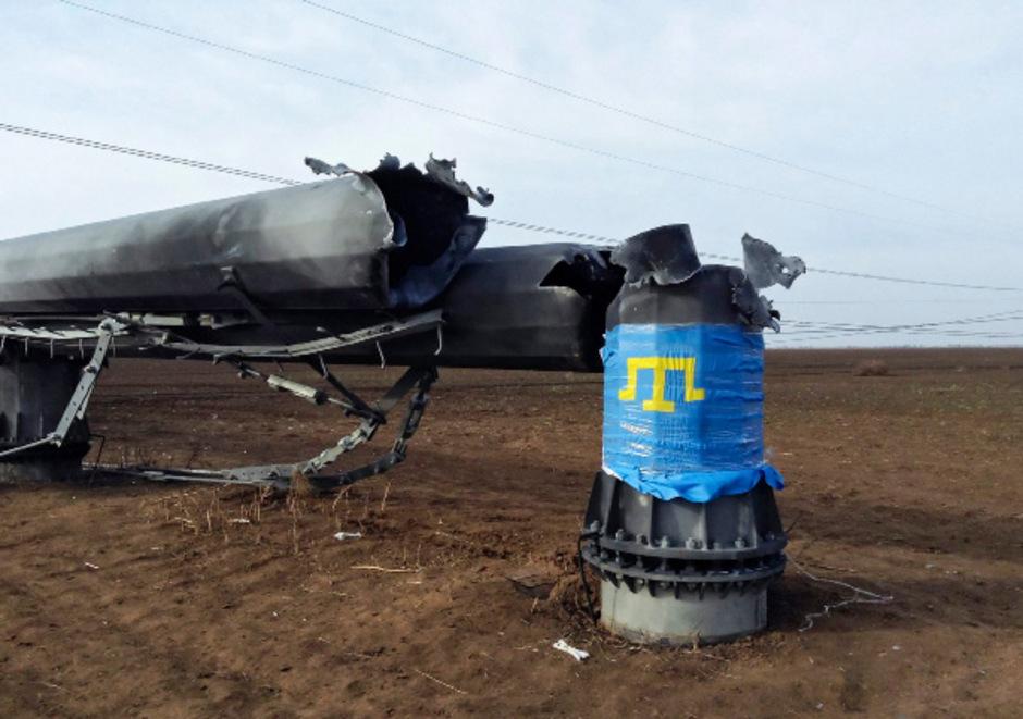 Eine durch einen Anschlag zerstörter Strommasten auf der Halbinsel Krim.