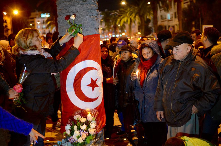 Tunesier trauern am Ort des Bombenanschlages vom 25. November. Die Gewalt stellt die junge Demokratie auf die Probe.