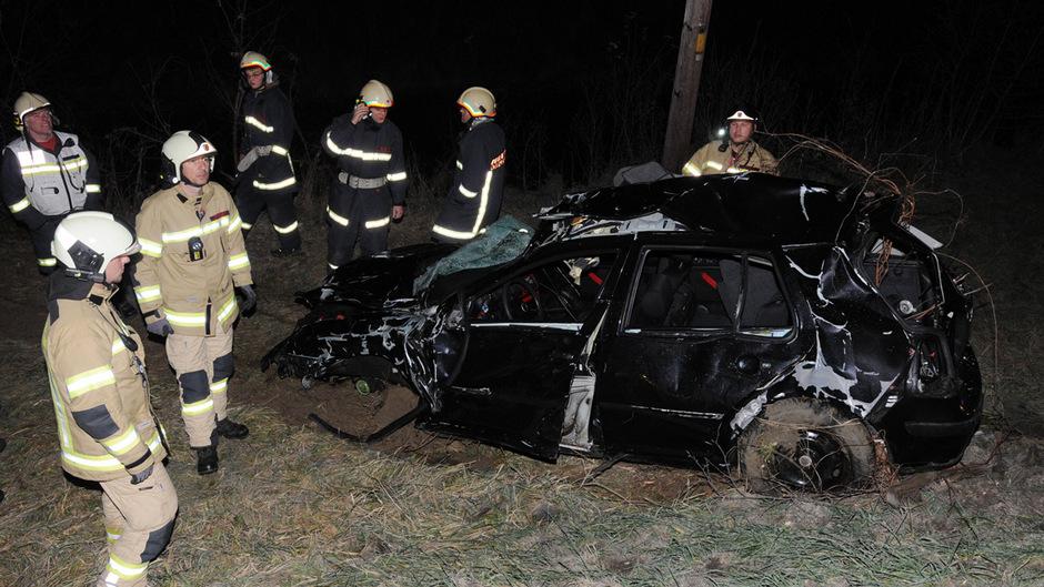 Völlig zerstört wurde das Auto aus der Ache gezogen.