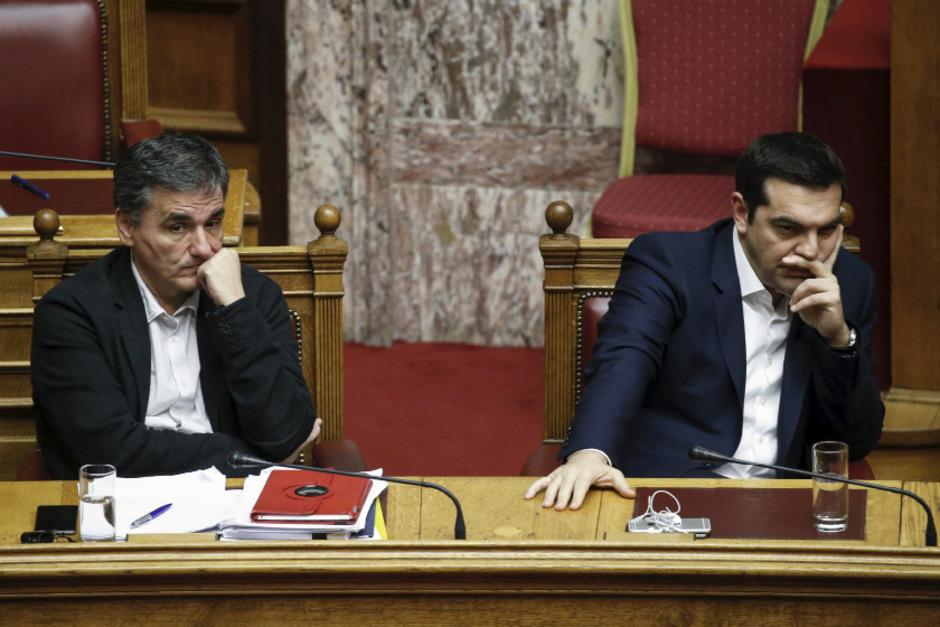 Finanzminster Euklid Tsakalotos und Premier Alexis Tsipras während der Budgetdebatte.