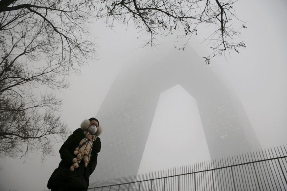 Die Menschen versuchen sich mit Masken vor dem Smog in Peking zu schützen.