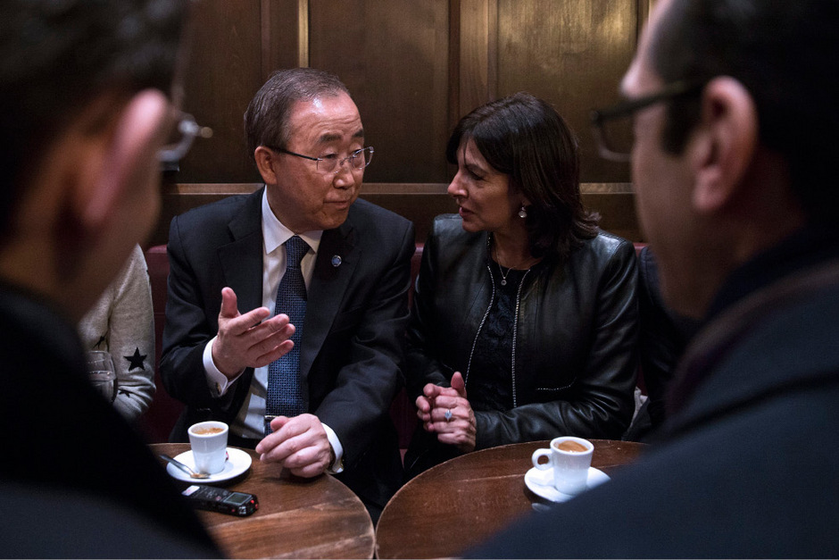 "Ban Ki-moon trank mit der Pariser Bürgermeisterin, Anne Hidalgo, im ""Café Bonne Bière"" Kaffee."