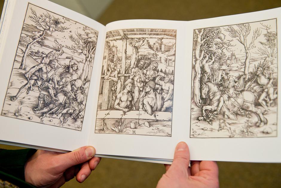 """Die Abbildung der Bilder Albrecht Dürers, """"Herkules"""", """"Männerbad"""" und """"Reiter und Landsknecht"""", sind im Buch des Nürnberger Dürer-Experten Schauerte  zu sehen. Schauerte ist sich sicher, dass die drei Bilder zusammengehören."""