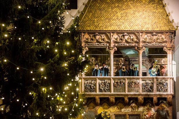 Vom Goldenen Dachl in Innsbruck erklingen täglich die besinnlichen Weisen der Turmbläser.