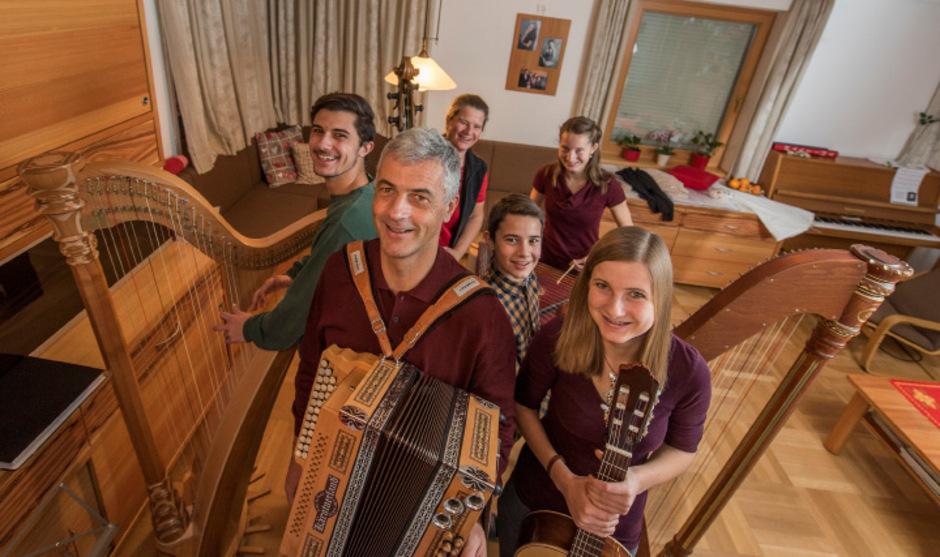 Musikalität im Sechserpack. (v.l.) Jakob, Christian, Martina, Josef, Teresa und Klara von der Familienmusik Seiwald in Mutters.