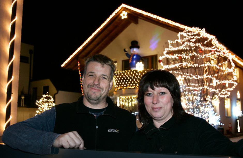 Jürgen Winkler und Sandra Höller putzen jedes Jahr Haus und Garten in Mötz mit Deko und Licht auf.