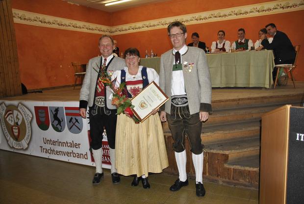 Christl Foidl wurde vom UTV-Obmann Walter Gasser (links) und Obmann-Stv. Reinhard Peer ausgezeichnet.