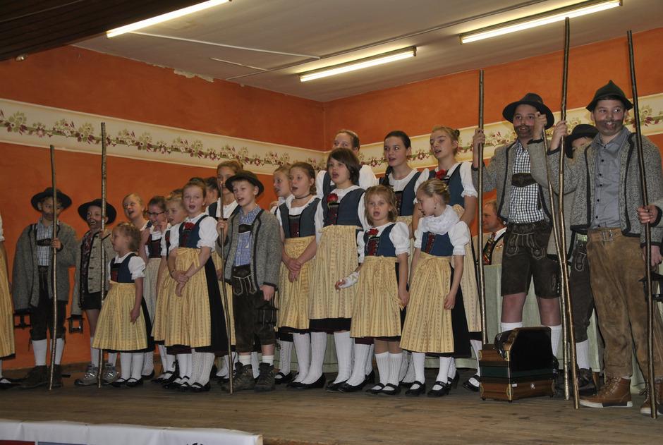 Die Kinder des Unterinntaler Trachtenverbands stimmten mit Liedern und Gedichten auf die Weihnachtszeit ein.