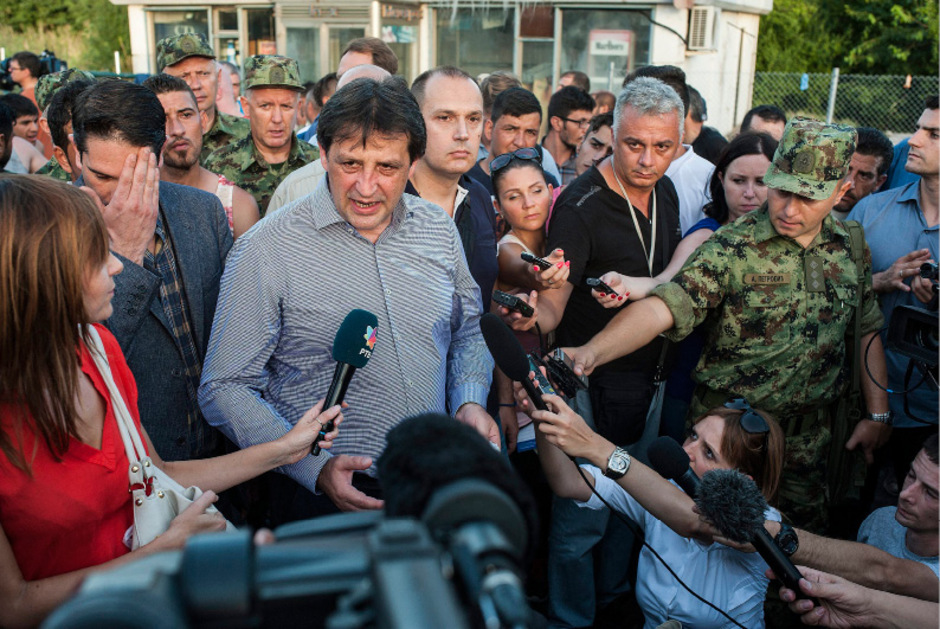 Serbiens Verteidigungsminister Bratislav Gasic (Mitte; hier am 17 September 2015 anlässlich der Schließung der Grenzen zu Ungarn) muss wegen sexistischer Äußerungen seinen Sessel räumen.