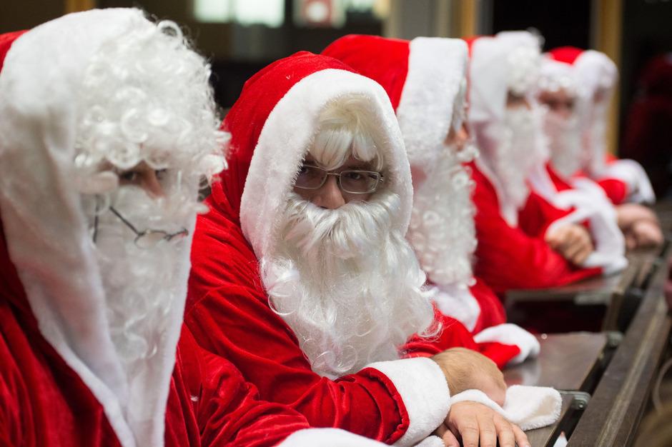 Kein Weihnachtsmann fällt einfach so vom Himmel. Deswegen heißt es auch für sie: Schulbank drücken.