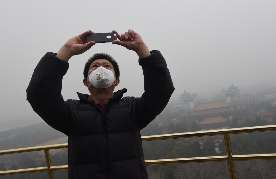 Selfie im dichten Smog von Peking: Wer trotz der hohen Schadstoffbelastung vor die Tür ging, trug meist eine Atemschutzmaske.