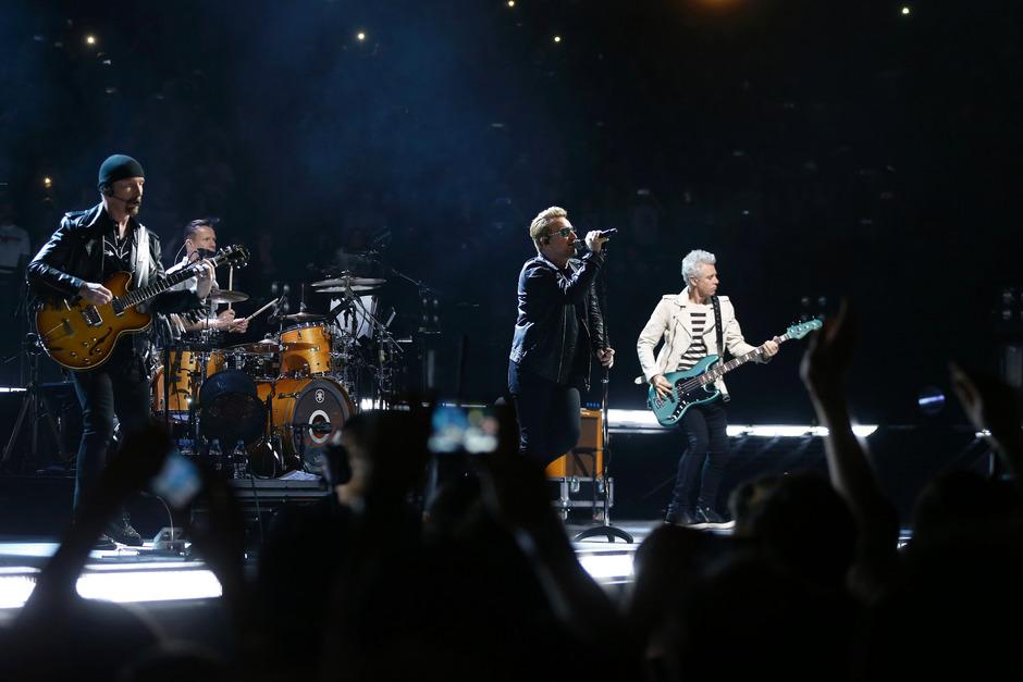 Bei ihrem Konzert am Montag holte U2 die Eagles of Death Metal zu sich auf die Bühne.