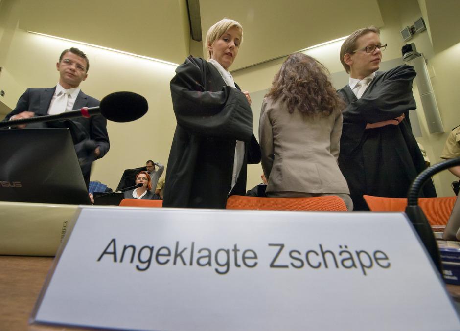 Die Angeklagte Beate Zschäpe (2.v.r.) im Gerichtssaal in München.