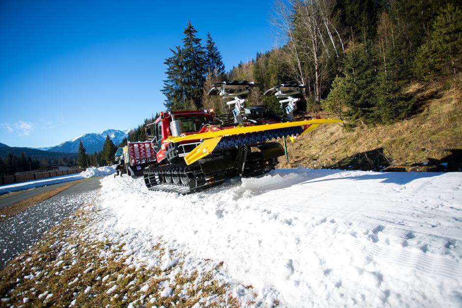 Weiße Pracht aus dem Anhänger: Mit dem Traktor wird der Schnee angeliefert und mit der Raupe bis zu 50 cm dick aufgetragen.