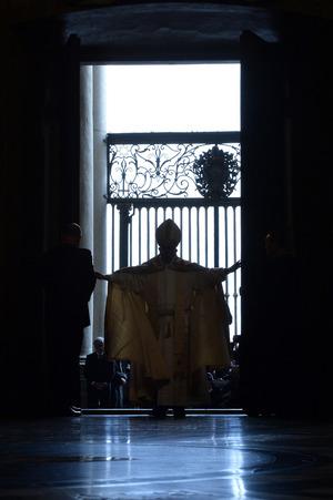 Nach der Öffnung der Heiligen Pforte in der rechten Vorhalle des Petersdoms schritt er zum Altar.