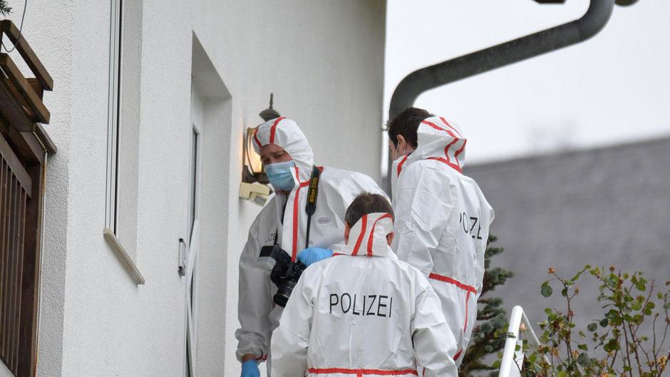 Ermittler bei der Spurensicherung am Tatort.