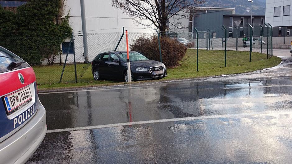 Eines der Fahrzeuge wurde gegen einen Zaun geschleudert.