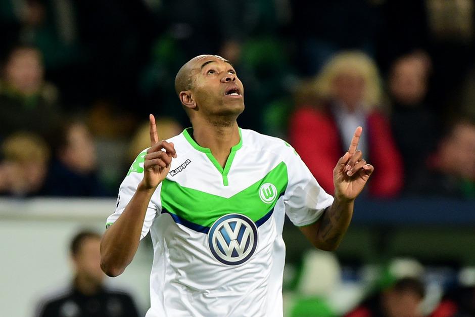 Naldo hat den VfL Wolfsburg mit einem Doppelpack erstmals ins Achtelfinale der Champions League geschossen, Manchester United um Bastian Schweinsteiger bleibt nur die Europa League.