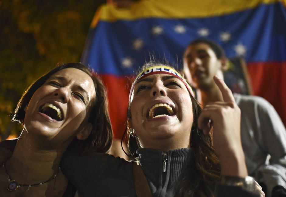 Unterstützer der Opposition feiern den Wahlerfolg auf den Straßen der Hauptstadt Caracas.