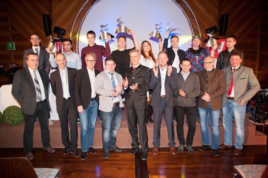 Ehrensache: Neben der Führung von Bezirkshauptmannschaft und Wirtschaftskammer gratulierten auch die Bürgermeister ihren ausgezeichneten Lehrlingen (im Bild mit den Landessiegern).