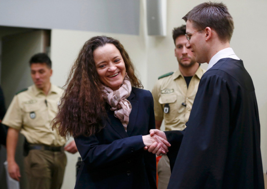 Anders als bisher betrat Beate Zschäpe demonstrativ lächelnd den Gerichtssaal. Rechts ihr Anwalt Mathias Grasel.