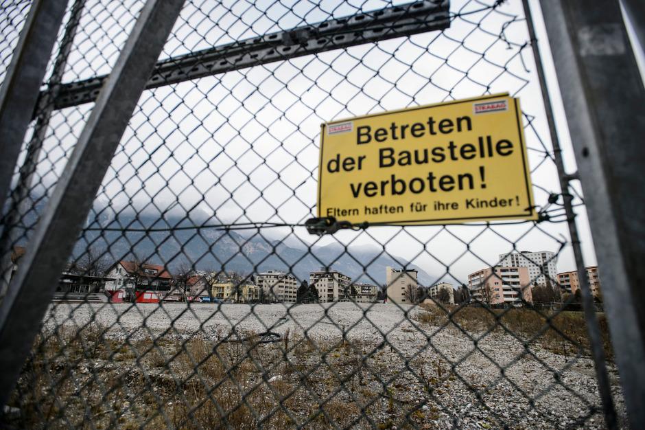 Die bis dato gerichtlich stillgelegte Baustelle für den Sportplatz Fußballplatz Reichenau.