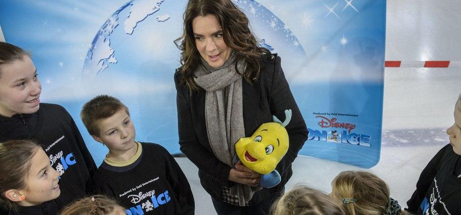 Die Eislaufkids beeindruckten Katarina Witt. Die Kinder mit ihrem Vorbild.