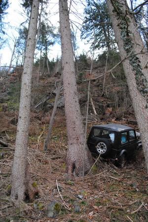 Das Auto stürzte etwa 50 Meter über diesen Hang ab.