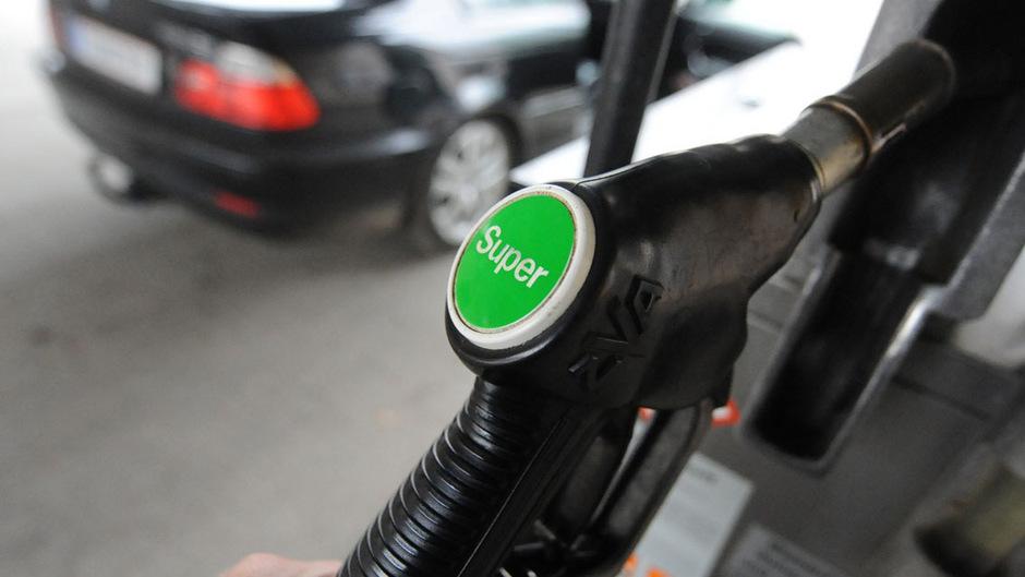 Mit Abstand am teuersten bleibt das Tanken an den Autobahntankstellen. Dort sind die Preise um mehr als 20 Cent höher als bei herkömmlichen Tankstellen.
