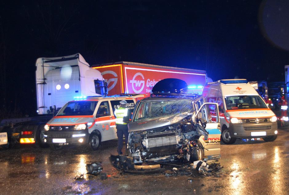 An dem Bus entstand Totalschaden.
