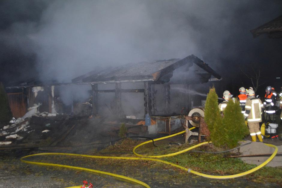 Insgesamt 66 Feuerwehrleute standen bei dem Brand im Einsatz.
