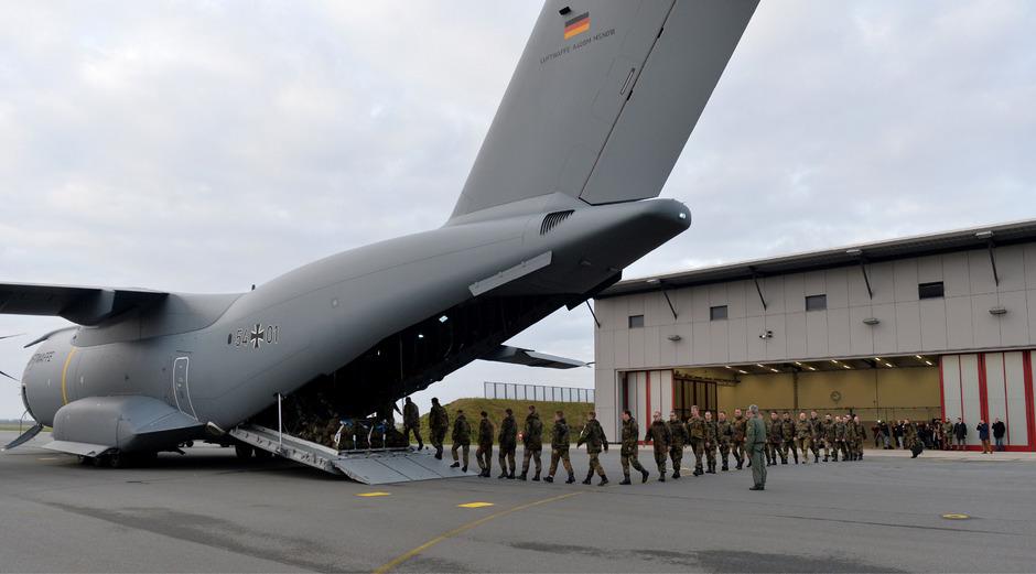 Soldaten der deutschen Luftwaffe hoben am Donnerstag in Jagel zum Einsatz gegen den IS ab.
