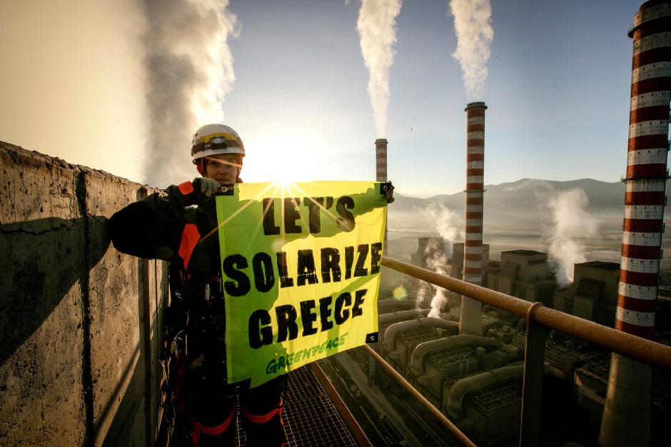 Die Umweltschützer kletterten auf das größte Braunkohlekraftwerk des Landes.
