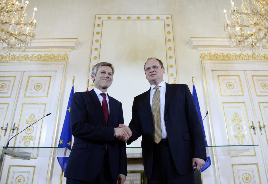 Kulturminister Josef Ostermayer (SPÖ) stellte Christian Kircher als neuen Geschäftsführer der Bundestheater-Holding vor.