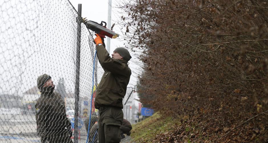 Bundesheer-Soldaten bei der Errichtung des Maschendrahtzauns. Im Kernbereich wird er vier Meter, im Randbereich 2,5 Meter hoch.