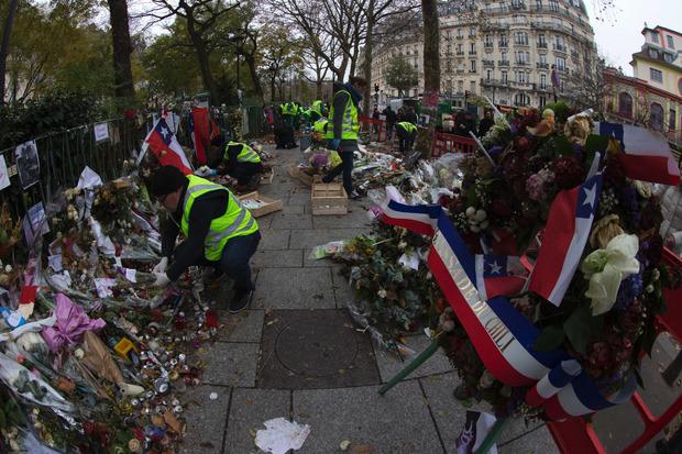 Mitarbeiter der Stadtreinigung und des Stadtarchivs sortierten an der Konzerthalle die unzähligen Blumen, Kerzen, Fotos der Opfer, Gedichte, Beileidsbekundungen und selbstgemalten Bilder.