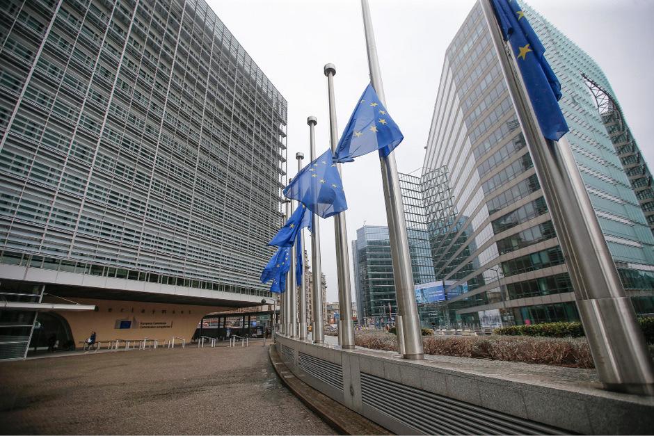 Flaggen der Europäischen Union in Brüssel auf Halbmast.