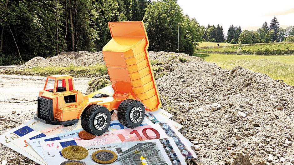 Über Jahre wurde im Wörgler Naherholungsgebiet illegal Bodenaushub abgeladen. Das kommt die Wörgler teuer zu stehen. Fotomontage: TT