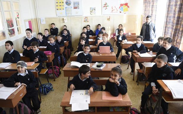 Flüchtlingskinder bei der Essensausgabe in der Schule St. Vinzenz in Broumana.